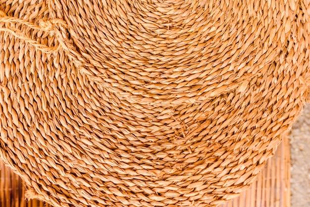 Tapete de esparto redondo, fundo de fibra natural.