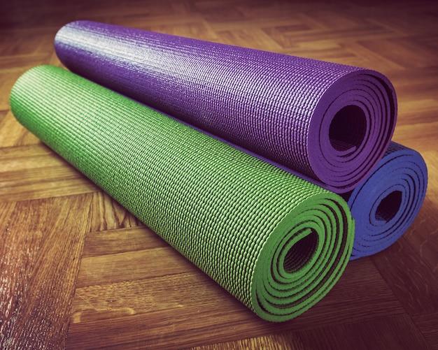 Tapete de ioga no chão de madeira