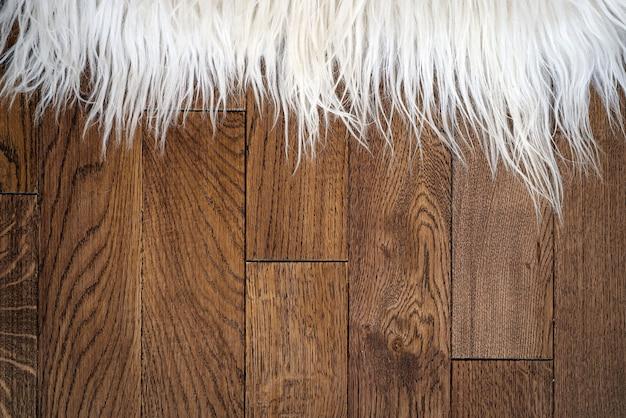 Tapete de pele decorativa no piso de madeira