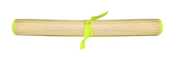 Tapete de praia de bambu dobrado isolado no fundo branco