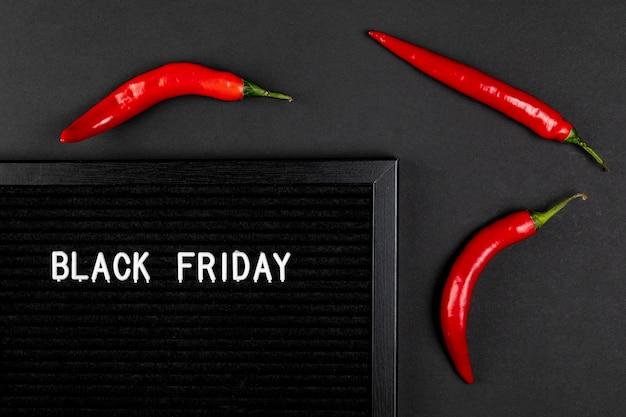 Tapete preto de sexta-feira com pimentas frias