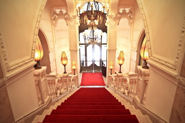 Tapete vermelho em um elegante edifício