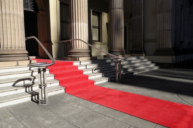 Tapete vermelho na frente de um hotel de luxo