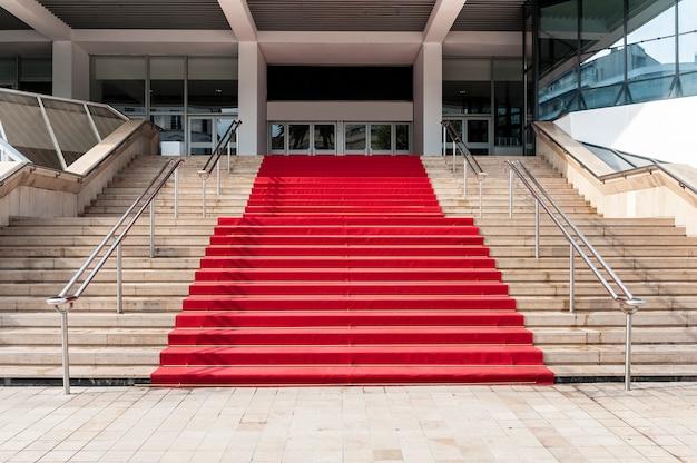 Tapete vermelho sobre escadas