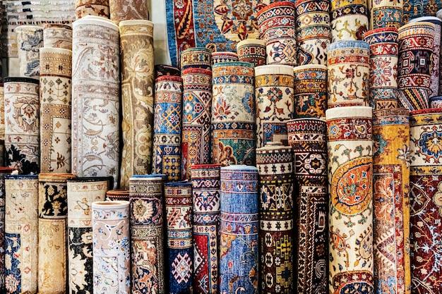 Tapetes artesanais. muitos tapetes enrolados na loja são orientais iranianos nacionais ou árabes ou turcos.