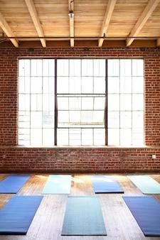 Tapetes de ioga em piso de madeira