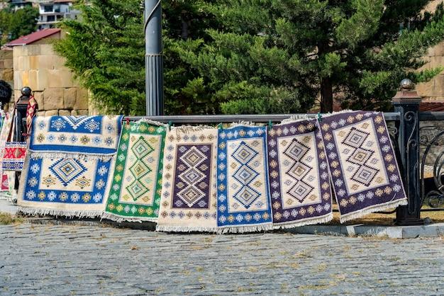 Tapetes georgianos tradicionais e tapetes kilim com padrões geométricos típicos em tbilisi, geórgia, europa