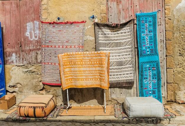 Tapetes marroquinos para a venda no mercado de pulga em c4marraquexe, marrocos.