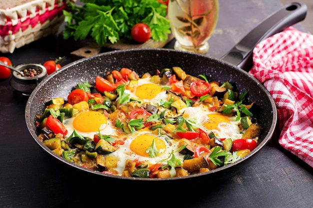 Tarde café da manhã - ovos fritos com legumes. shakshuka. cozinha árabe