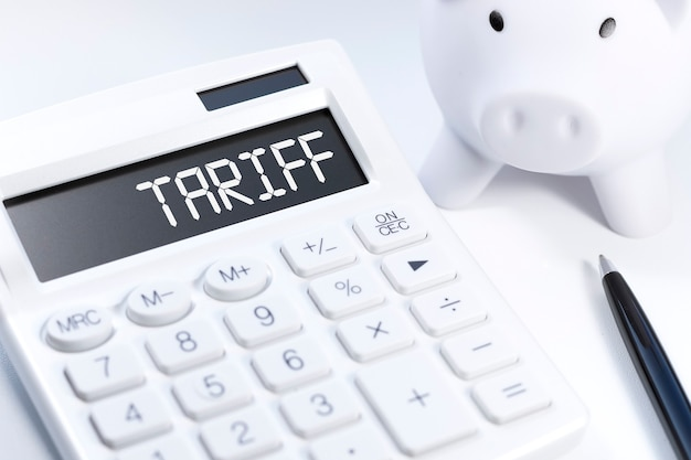 Tarifa de palavra na calculadora. conceito de negócio em fundo branco. vista do topo.