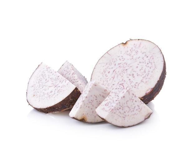 Taro fresco em fundo branco