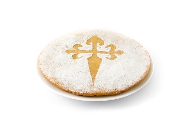 Tarta de santiago. bolo de amêndoa tradicional de santiago na espanha, isolado