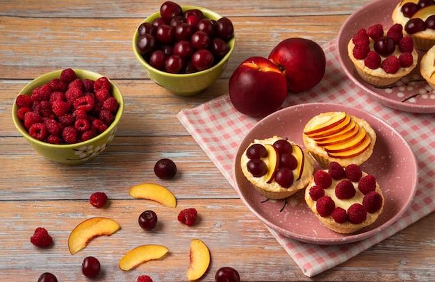 Tartaletes com frutas de verão no topo