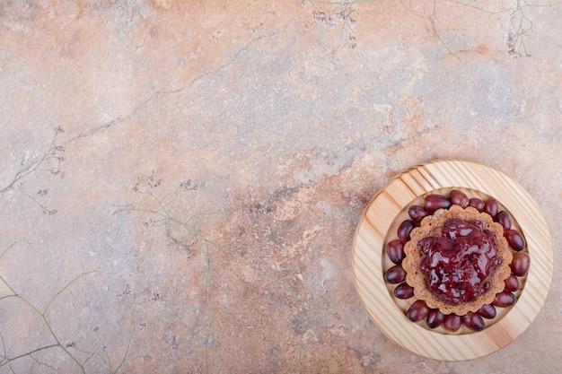 Tartalette com confiture vermelho e cornel berries