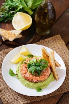 Tartare de salmão com mousse de abacate.