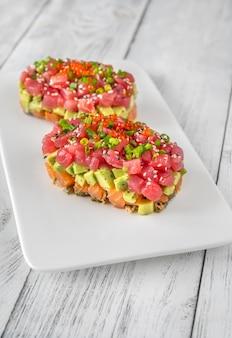 Tártaro de atum e salmão no prato de servir