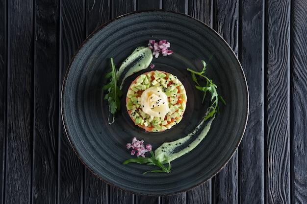 Tártaro de salmão com gengibre em conserva e abacate