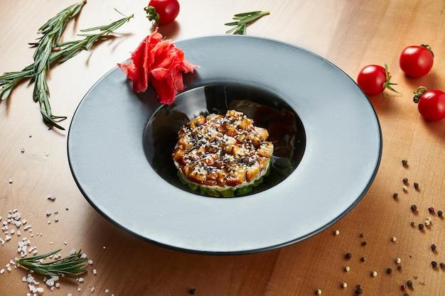Tártaro de salmão em um elegante prato preto