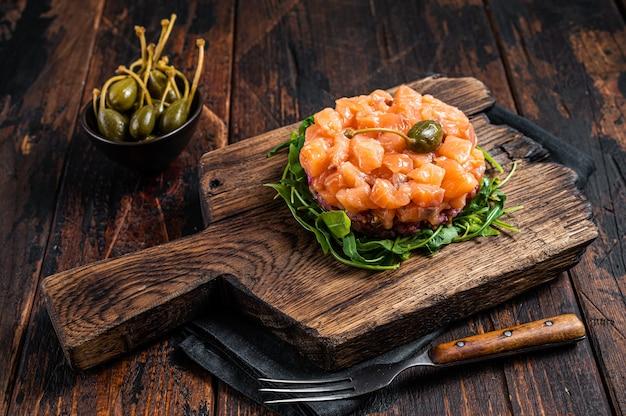 Tártaro de salmão ou tártaro com cebola roxa, abacate, rúcula e alcaparras