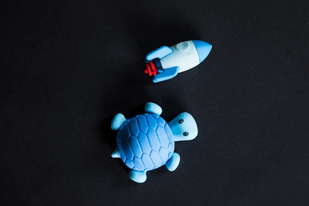 Tartaruga e foguete competem em fundo preto