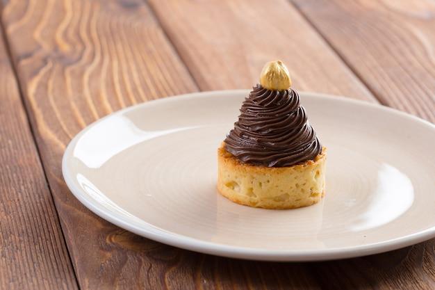 Tarte com creme de chocolate e noz dourada por cima