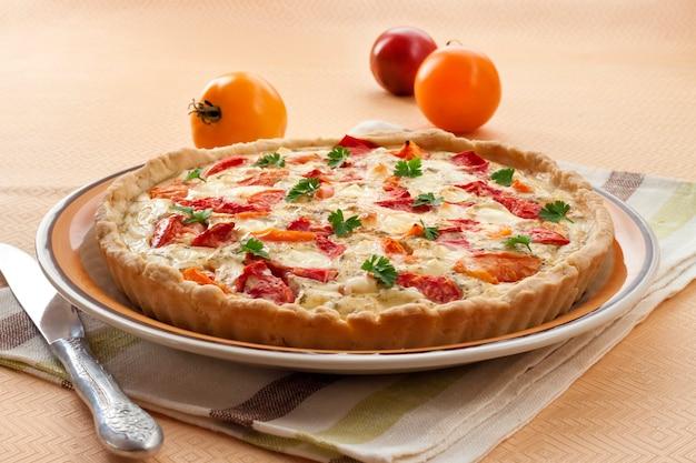 Tarte com queijo de ovelha salgado e tomate
