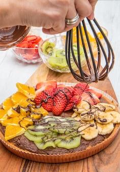 Tarte de chocolate com mistura de frutas frescas