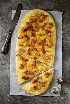 Tarte francesa flambe com cebola, bacon e batata