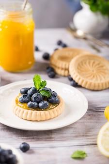 Tartelete de coalhada de limão com mirtilos frescos