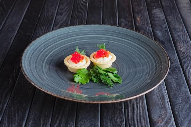 Tartlet com caviar, queijo macio. aperitivo para recepção