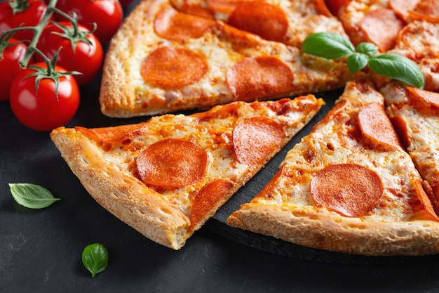 Tasty pepperoni pizza em fundo preto de concreto