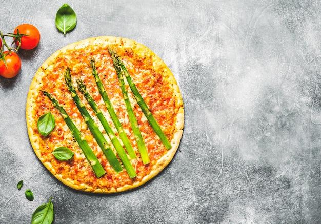 Tasty pizza italiana com molho de tomate e queijo parmesão