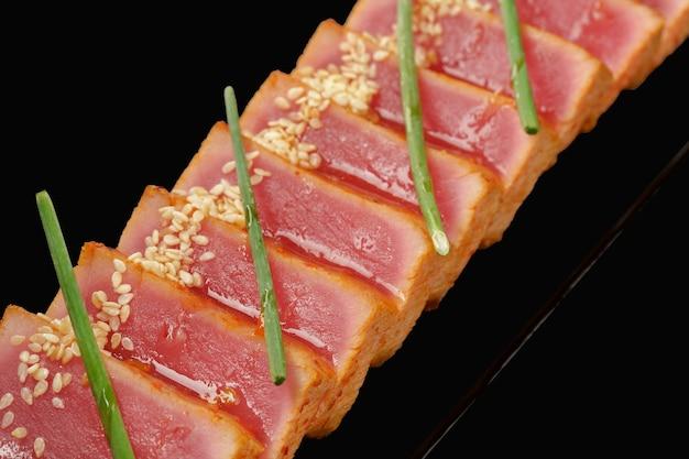 Tataki médio de atum, molho kimchi, molho aroyd, cebolinha, sementes de gergelim