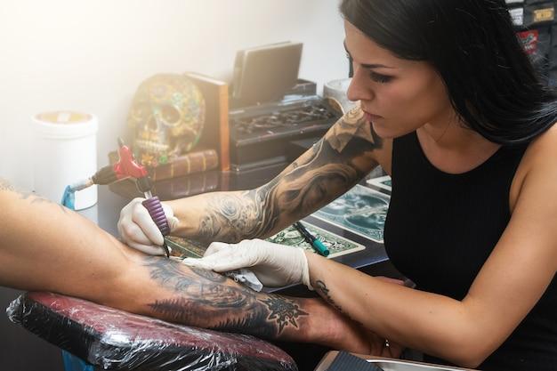 Tatuador durante seu trabalho