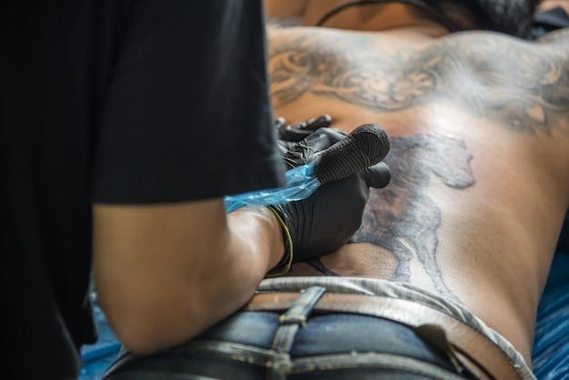 Tatuador profissional desenho de arte no corpo