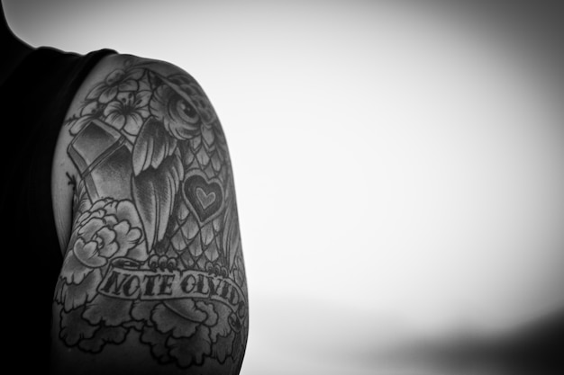 Tatuagem de uma coruja em preto e branco