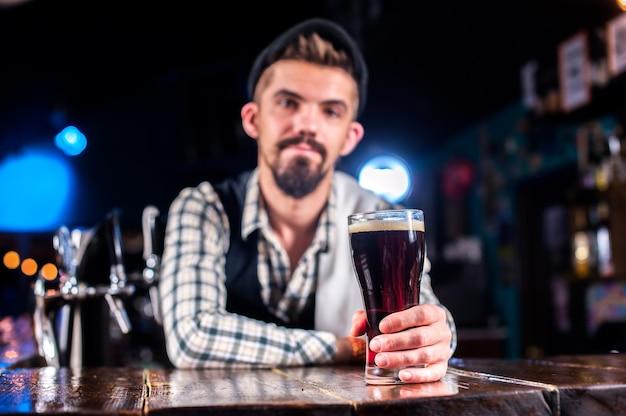 Taverneiro profissional demonstra suas habilidades no balcão do bar