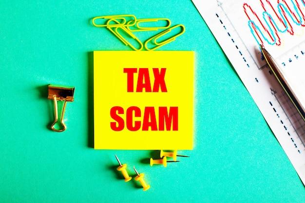 Tax scam está escrito em vermelho em um adesivo amarelo em um fundo verde perto do gráfico e do lápis.