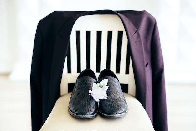 Taxas noivo. jaqueta um buquê de sapatos. casamento recém casado. manhã de férias em família jovem