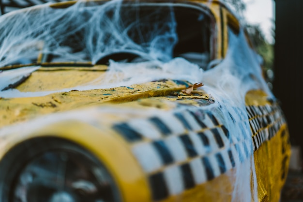 Táxi amarelo retrô velho decorado com teias de aranha