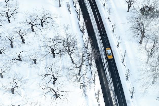 Táxi na estrada alta vista