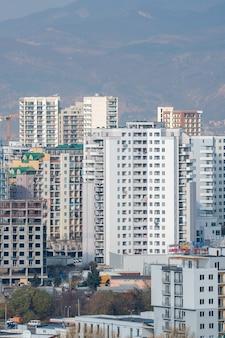 Tbilisi, geórgia - 08.12.2019: área residencial de gldani ou muhiani na cidade de tbilisi. geórgia.