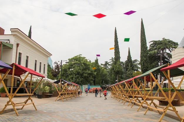 Tbilisi, geórgia - 11 de julho de 2021: mesa e tenda dos vendedores no festival, mercado ao ar livre