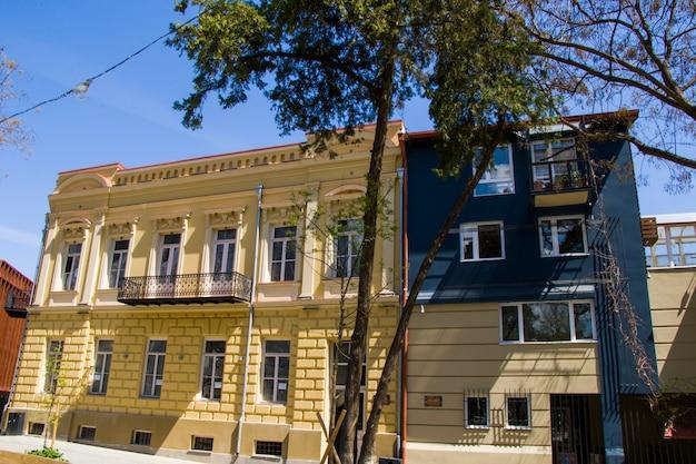Tbilisi, geórgia - 15 de abril de 2021: antiga arquitetura famosa exterior, praça gudiashvili na cidade velha e centro da cidade de tbilisi, geórgia.