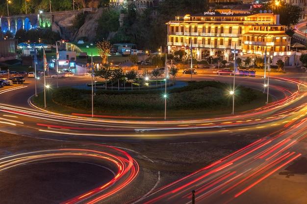 Tbilisi, geórgia - 30.08.2018: visão noturna sobre a praça da europa. viagem.