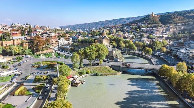 Tbilisi skyline zangão aéreo vista de cima, rio kura e a cidade velha de tbilisi paisagem urbana, geórgia