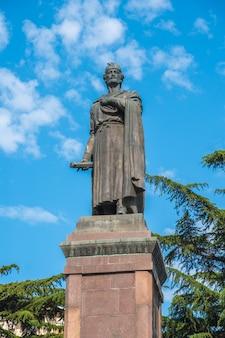 Tbilsi, geórgia - 30.08.2018: estátua do poeta georgiano do século xii shota rustaveli, avenida rustaveli.
