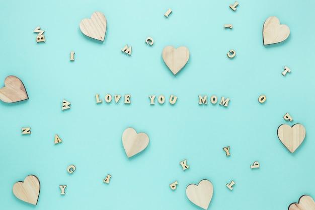 Te amo mãe inscrição com corações de madeira