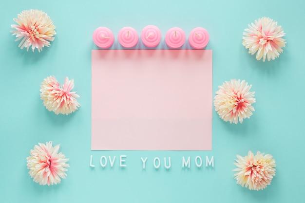 Te amo mãe inscrição com flores e papel