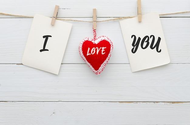 Te amo no fundo de pranchas de madeira branco. dia dos namorados